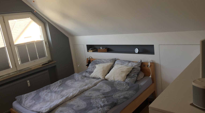 Optimale Kopfhöhe über dem Bett mit einem Dachschrägenschrank dahinter