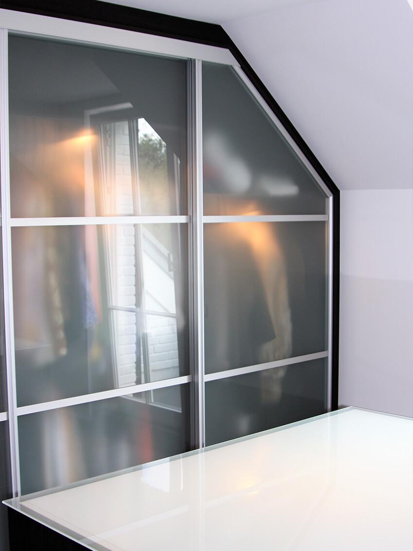 Nutzung einer gesamten Wand durch maßangepasste Dachschrägenschränke