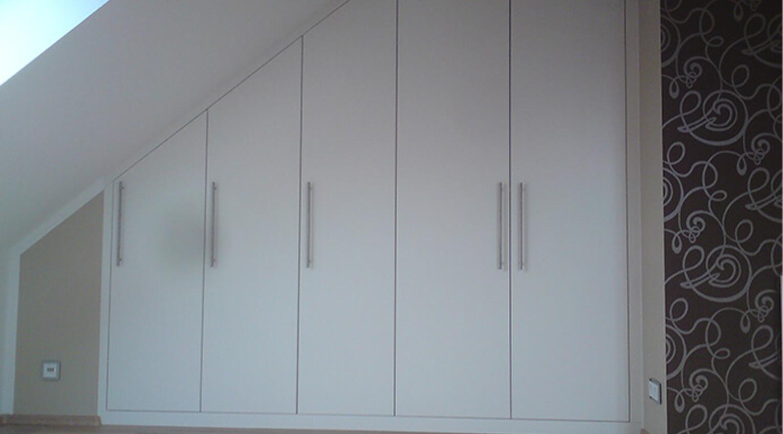 Dachschrägenschrank bündig an Wand und Decke angepasst