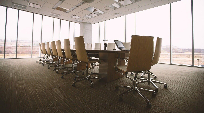 Wir individualisieren Ihren Konferenztisch auch hinsichtlich der Nutzung von elektronischen Geräten