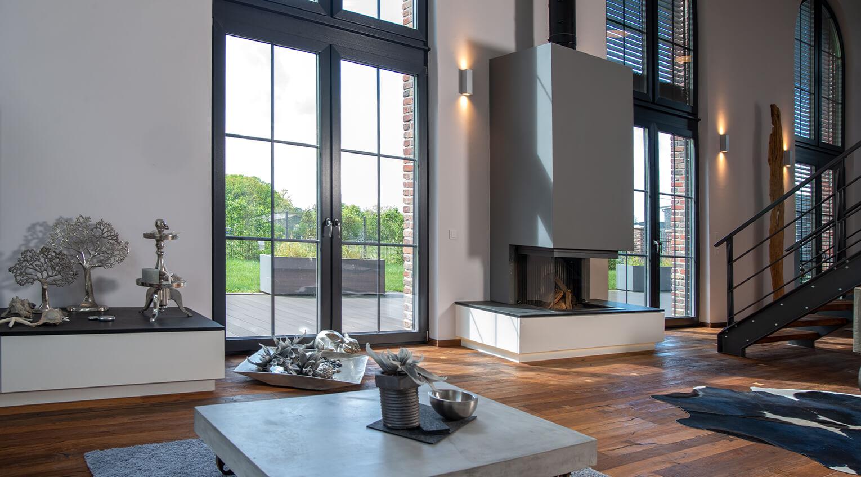 Ebenerdige Fenster und Türen lassen viel Licht herein und wirken frei