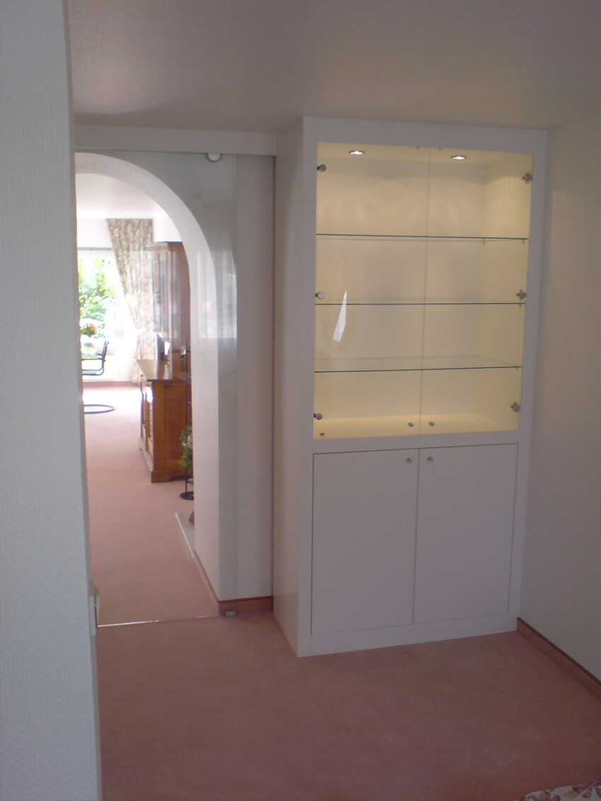 Eingepasster Schrank mit integrierter Glasschiebetür