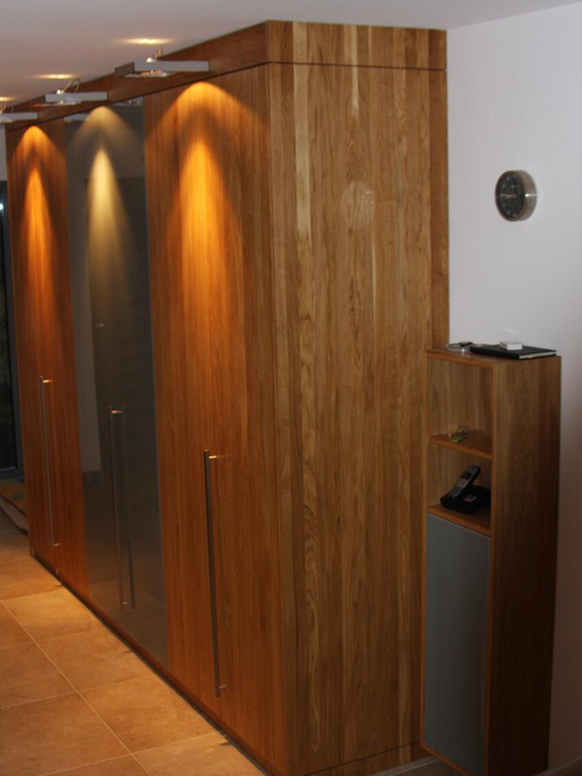 Maßgefertigter Schrank mit integrierten Lampen für optimale Sicht beim Kleiden