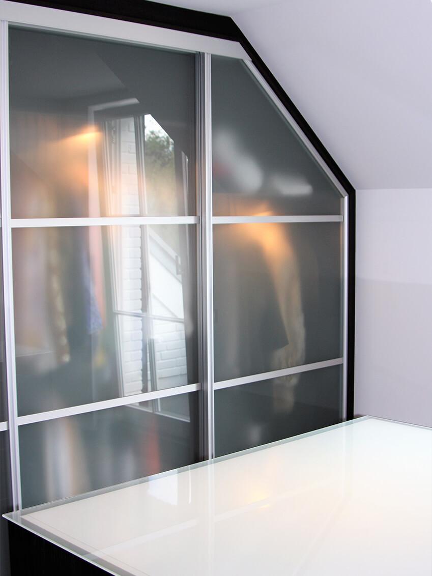 Maximale Platzausnutzung durch an Dachschräge angepasste Schränke