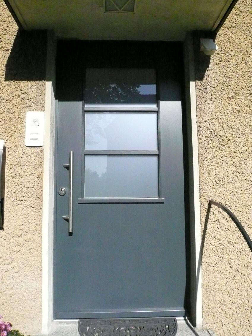 Schlichte Haustür für eine Zechensiedlung die unter Denkmalschutz steht.
