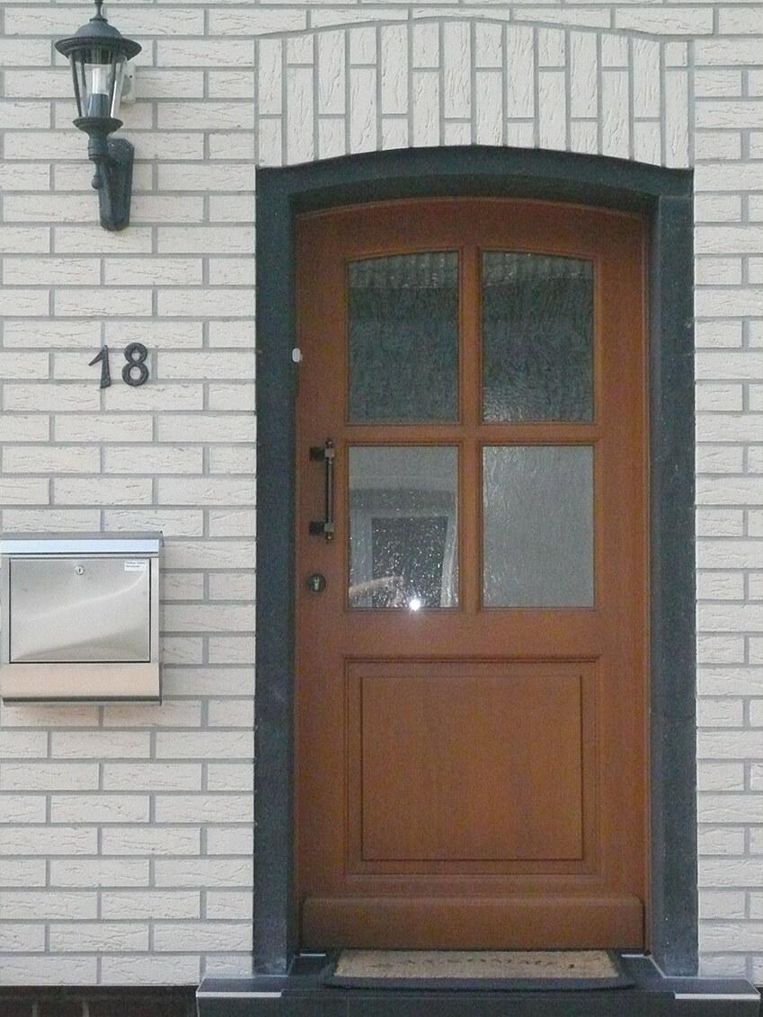 Klassische Haustür mit Stichbogen und Kasettenfüllug