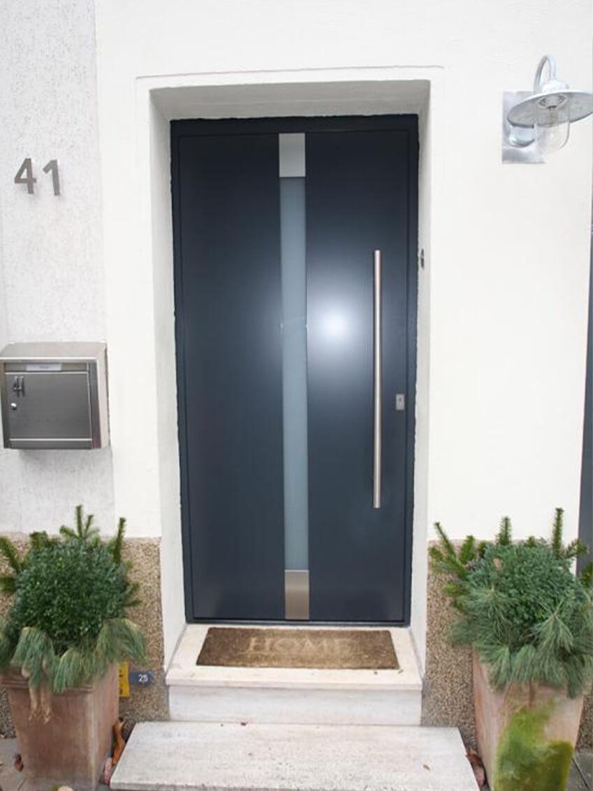 Moderne Haustür mit langer schmaler Glasscheibe für Lichtdurchlass