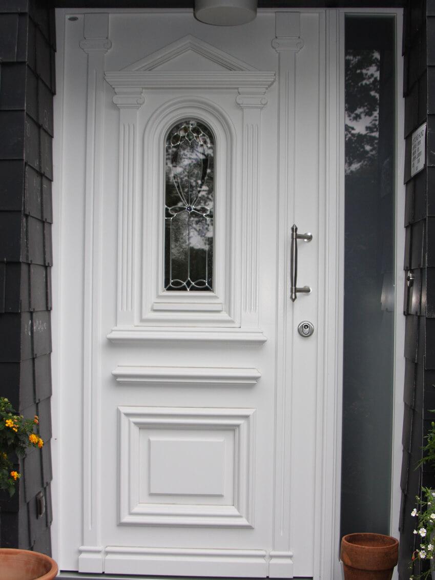 Traditionsbewusste Haustür mit modernem Glas-Seitenteil für einen individuellen Stil