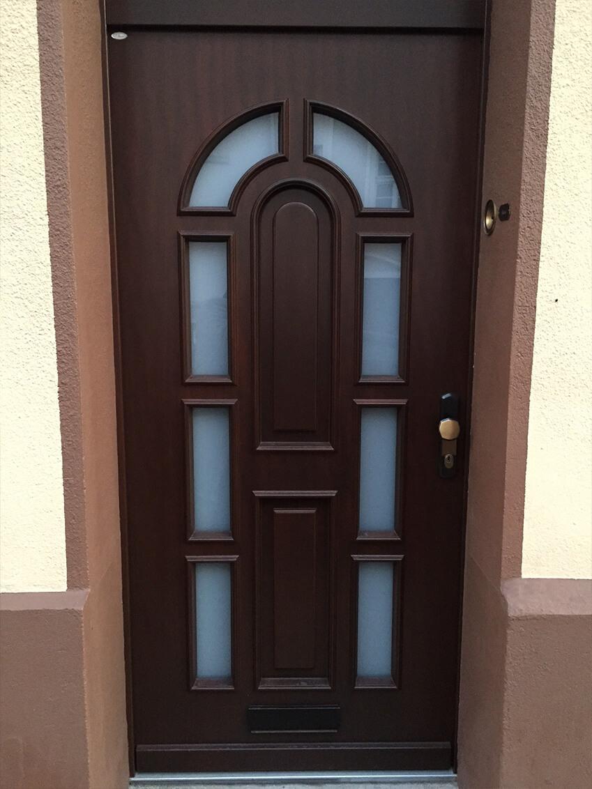 Klassische Haustür passend zu älteren Wohngegenden