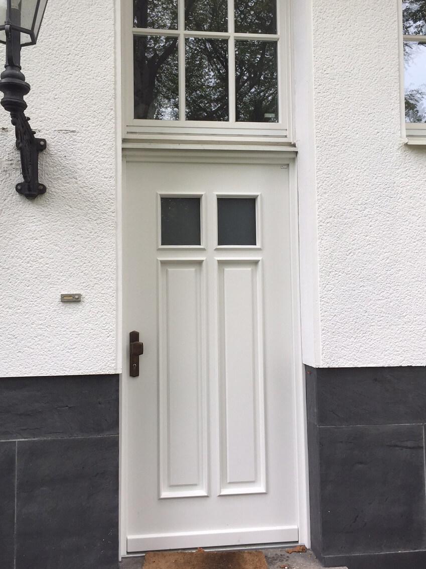 Klassische Haustür passend zum Hausstil