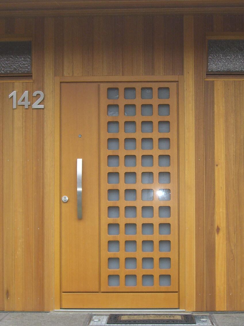 Schlichte Holztür mit Milchglas-Fenster für Lichtdurchlass