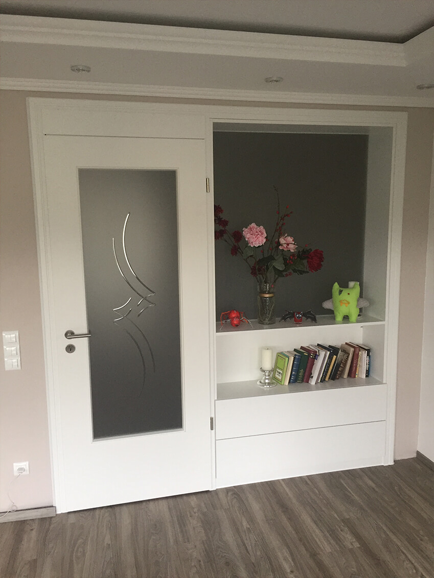 Zimmertür mit Milchglasscheibe, angepasst an das Seitenteil für ein räumliches Gefühl