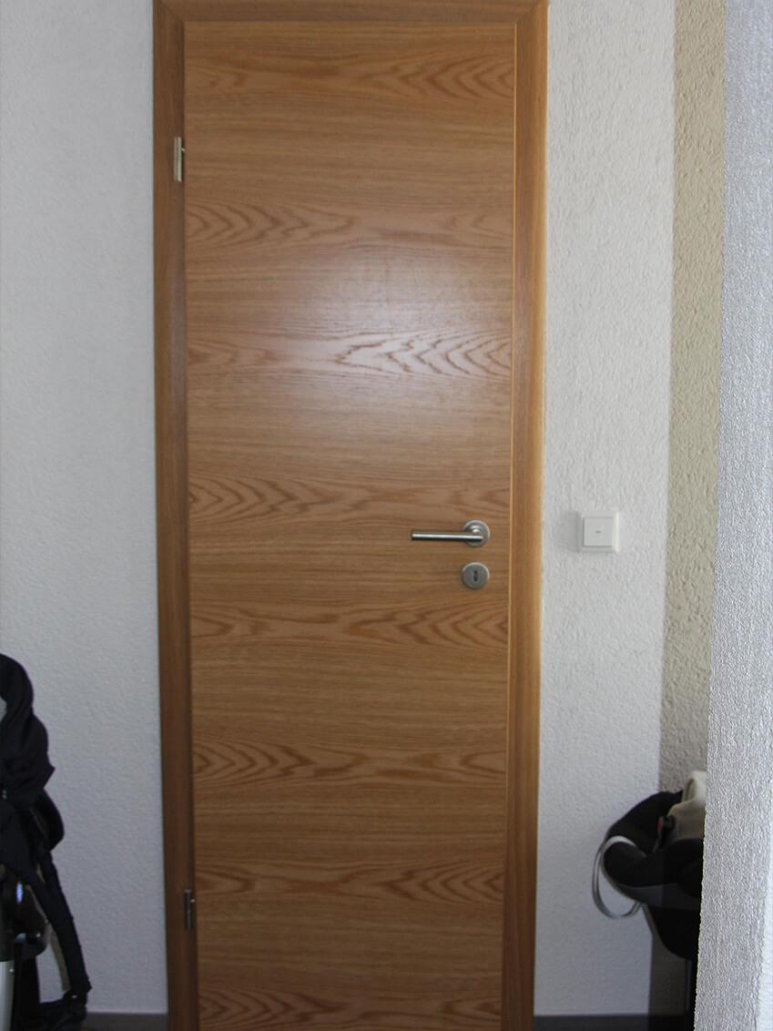 Schmale Holztür passend zu den räumlichen Gegebenheiten inklusive Querfurniertem Türblatt