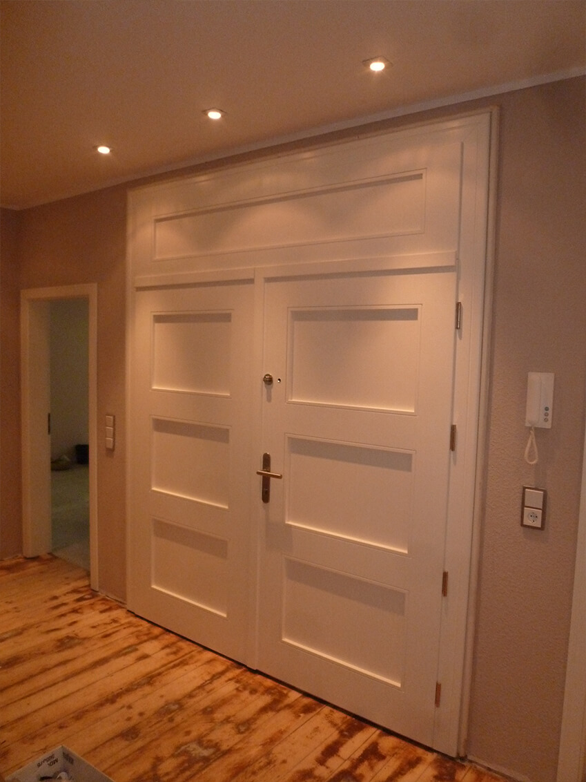 Weiße Doppeltür im schlichtem klassischen Stil