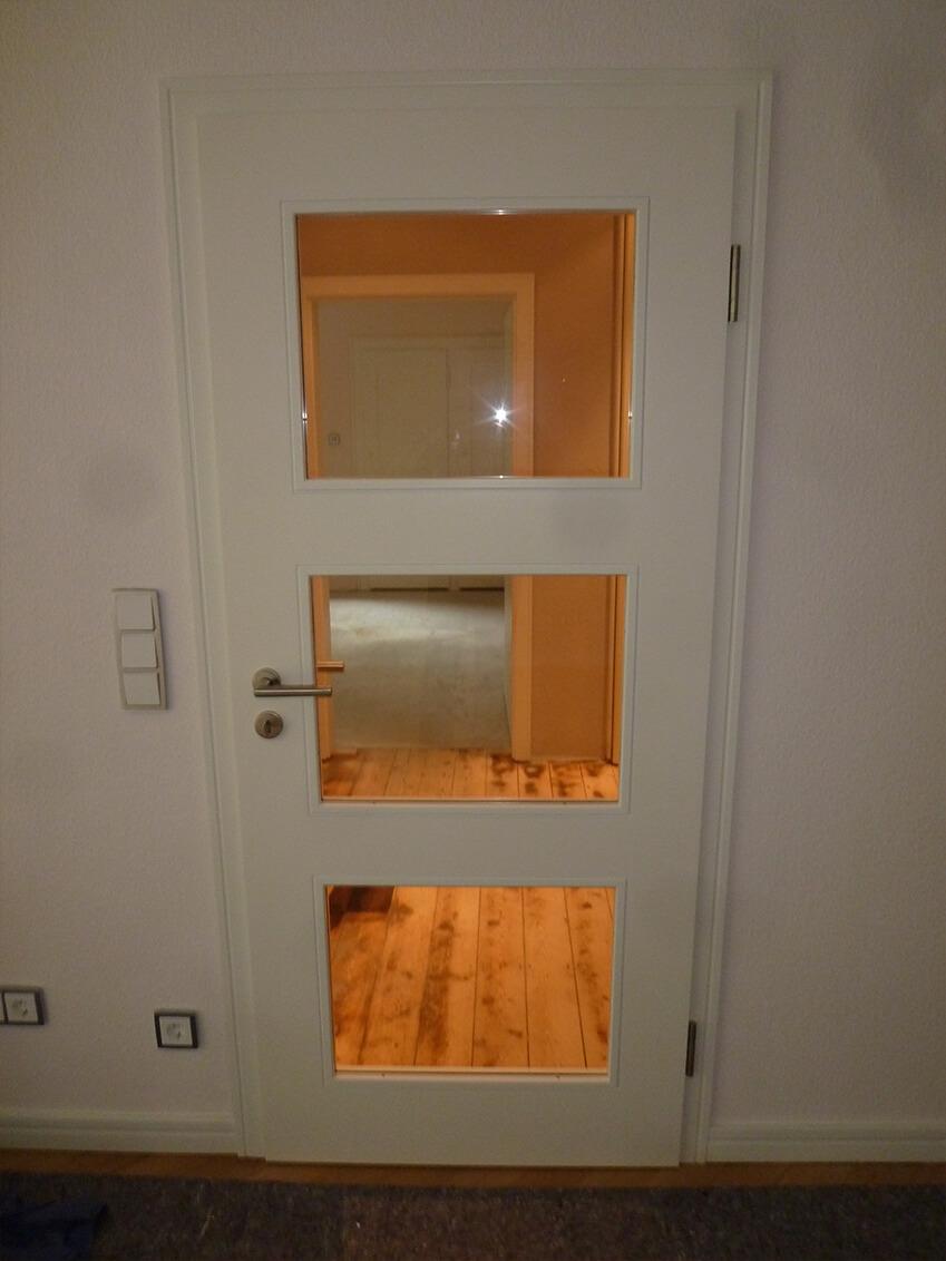Zeitlose weiße Bürotür mit Fenstern für Einblicke