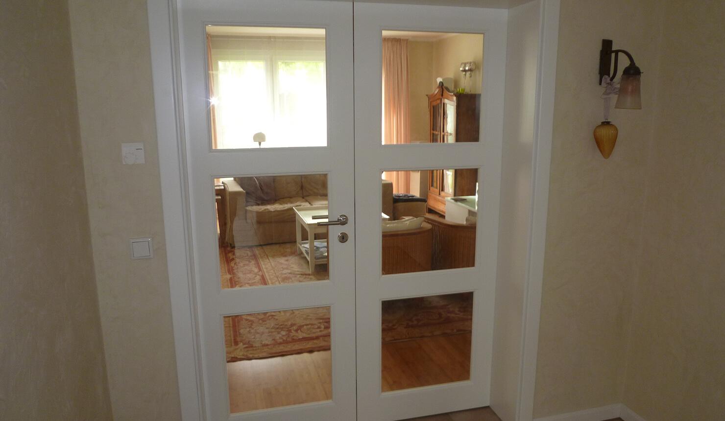 Weiße Doppelflügeltür mit Fenstern für einen schönen Einblick
