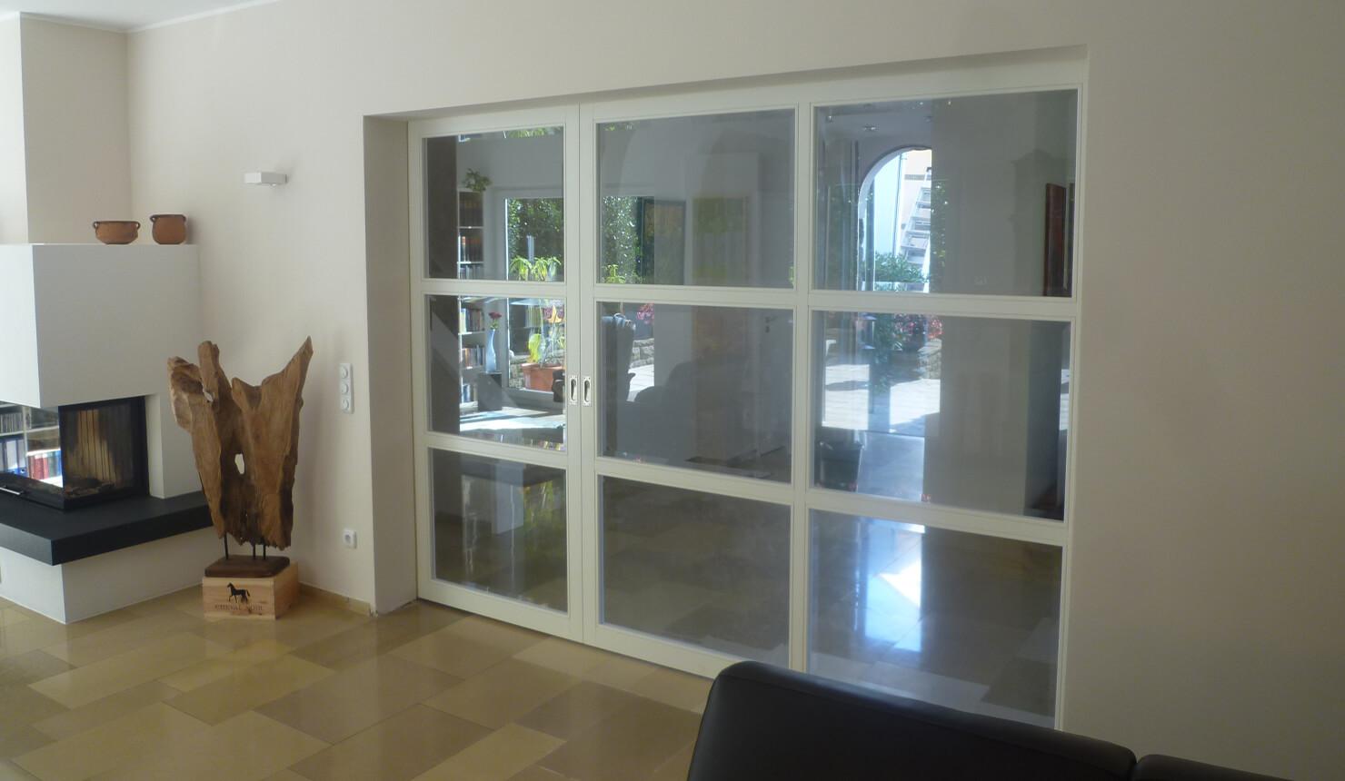 Glasschiebetüranlage unsymmetrisch geteilt In der Wand laufend